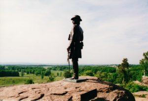 Gouverneur K Warren blickar ut från Little Round Top på västflanken den 2 juli. Foto: Camilla Ek