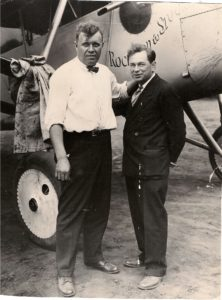 "Bert ""Fish"" Hassell och Parker ""Shorty"" Cramer före avfärden med The Greater Rockford. Ur Midway Village Museums samlingar, Rockford, Illinois, USA."