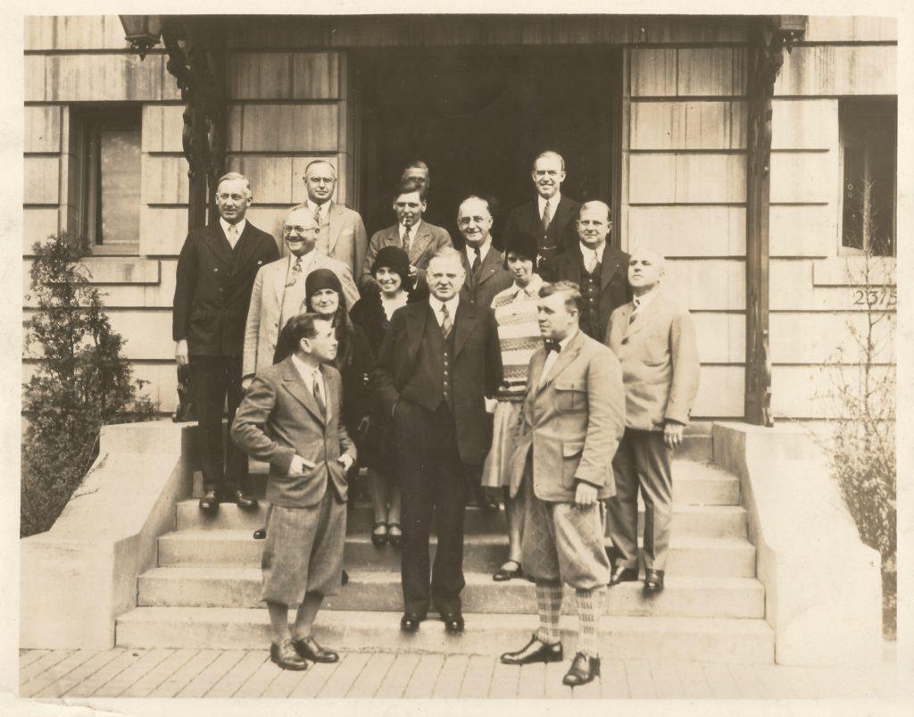 Främre raden: Parker Cramer, Herbert Hoover, Bert Hassell. Ur Midway Village Museums samlingar, Rockford, Illinois, USA.
