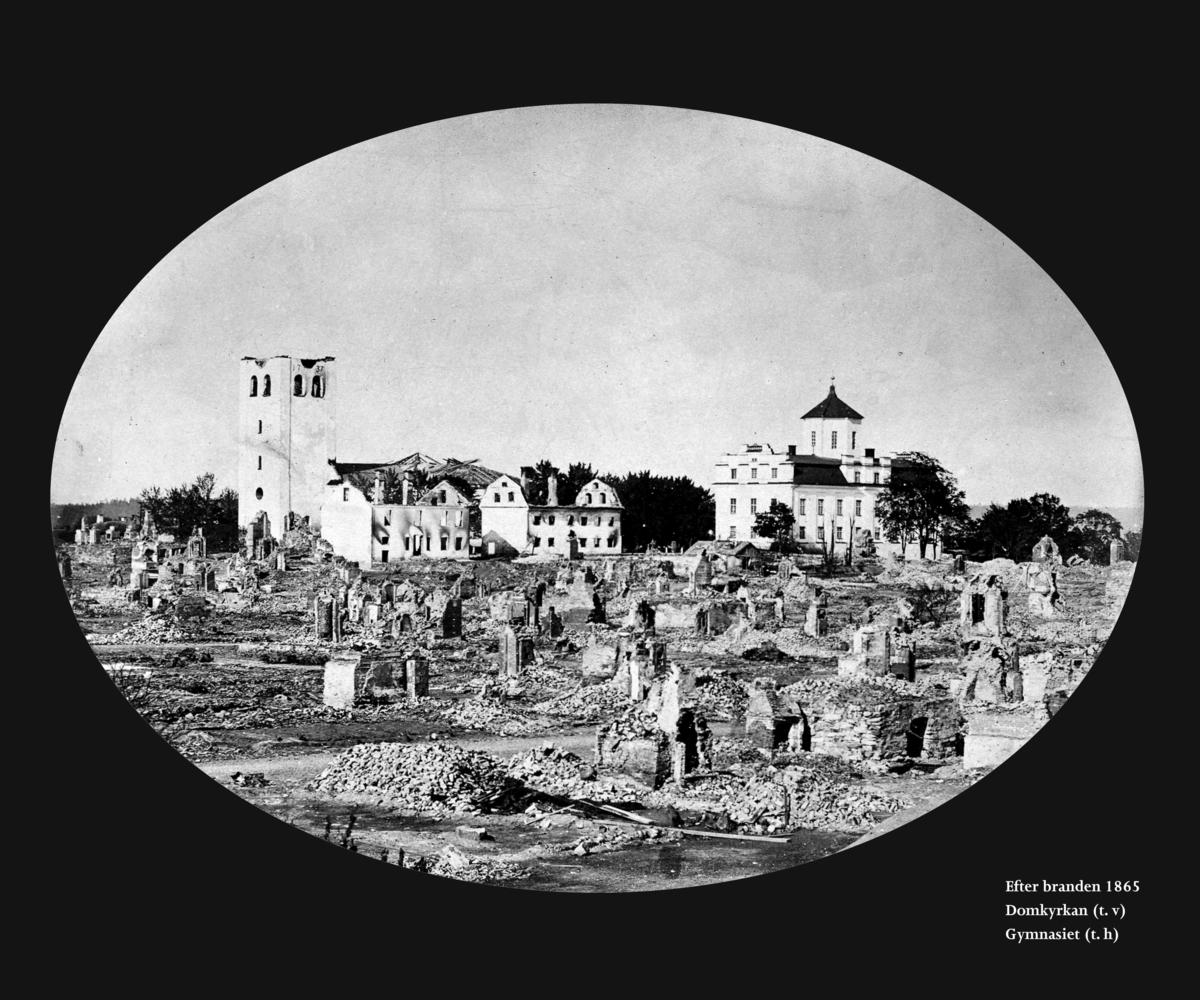 Karlstads domkyrka i bakgrunden, med komministergården och hospitalet framför samt gymnasiet till höger. Bild från Värmlands museum/DigitaltMuseum. Fotograf okänd.