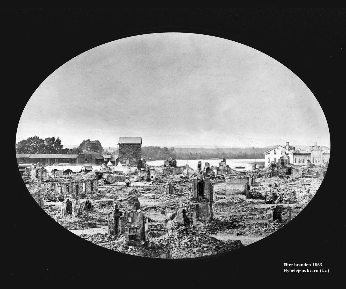 Ruiner efter branden i Karlstad 1865. Bild från Värmlands museum/DigitaltMuseum. Fotograf okänd.