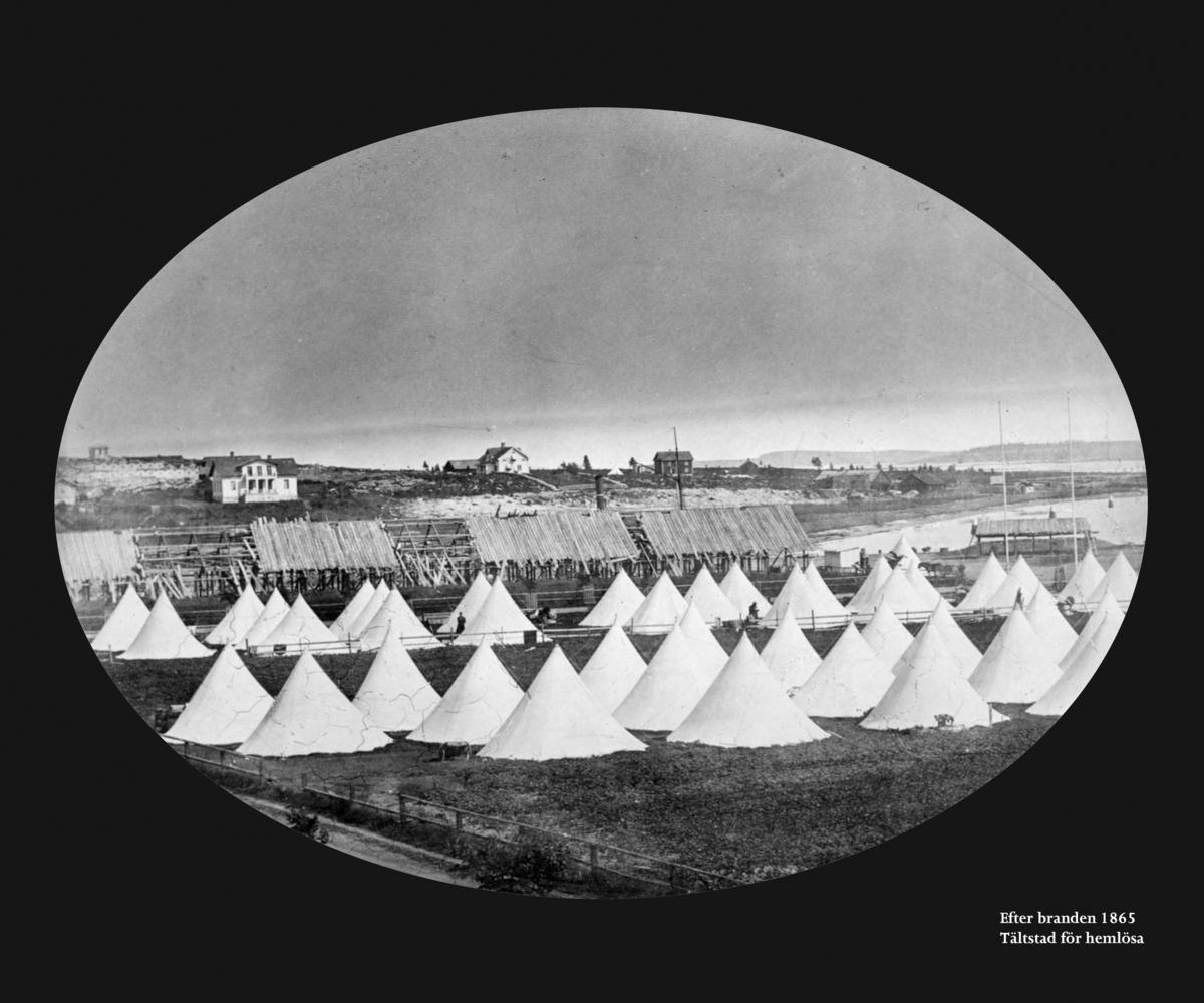 Tältläger för hemlösa Karlstadbor efter branden. Bild från Värmlands museum/DigitaltMuseum. Fotograf okänd.